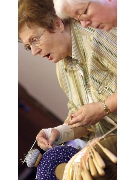 Die Frauen des Lembecker Heimatvereins und widmen der anspruchsvollen Handarbeit jede Menge Zeit.