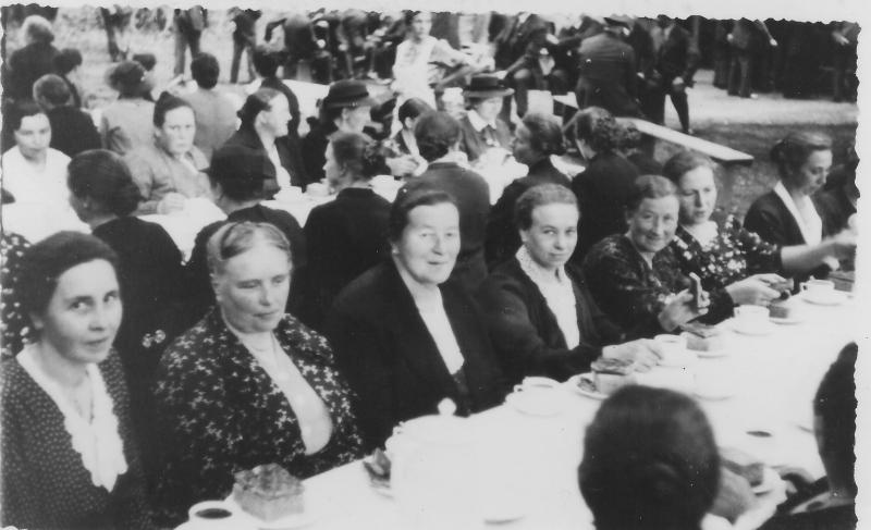 Nachbarrecht in den dreißiger Jahren Vorn im Bild v.l.: Gertrud Forsthövel, Theresia Haane, Elisabeth Giese, Auguste Hüls, Maria Burdenski