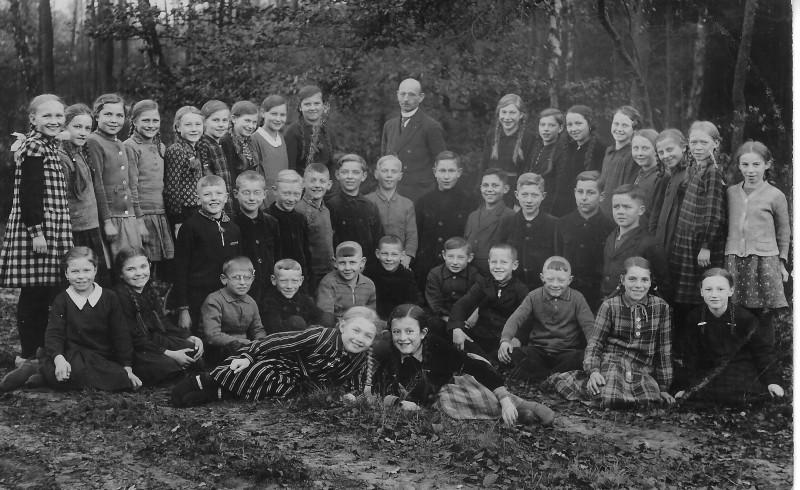 Lehrer Fischer mit Schulklasse um 1930