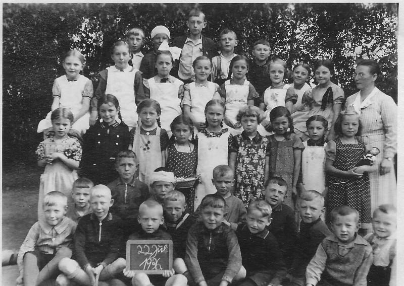 Frau Ahmann mit Schulklasse 1936