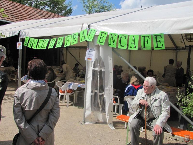 """Auch ein """"Treckerfrauencafe"""" verköstigt die Heimathofbesucher bei strahlendem Sonnenschein. (Foto: Lembecker.de – Frank Langenhorst)"""