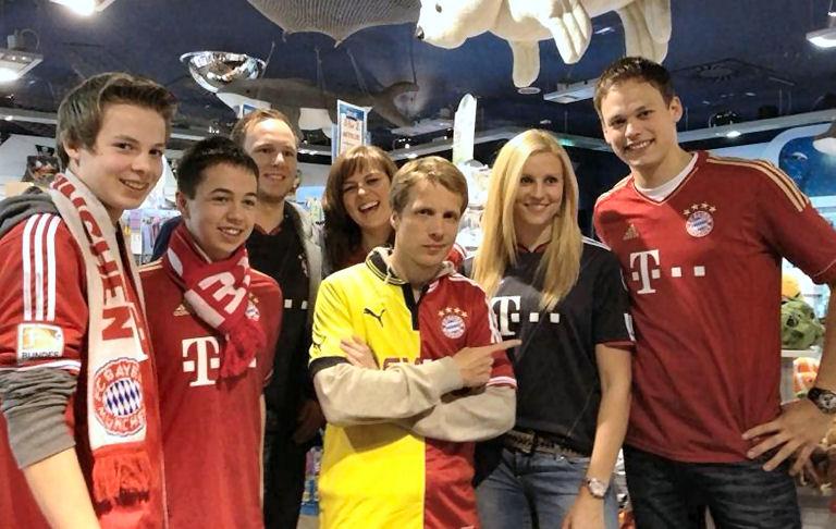 Die Delegation des Lembecker FC Bayern-Fanclubs mit Stern-TV-Außenreporter Oliver Pocher im Sea-Life Oberhausen. (Foto: privat)
