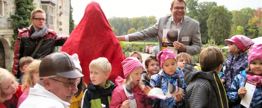 Bei der Pressekonferenz war der Schatz, den das Schlossmuseum Lembeck in den Herbstferien präsentieren wird, in ein rotes Gewand gehüllt. Foto © : Lembecker.de (Frank Langenhorst)