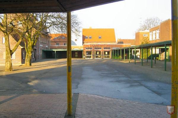 Der Schulhof vom 3. Gebäude gesehen, das 1984 eingeweiht wurde.