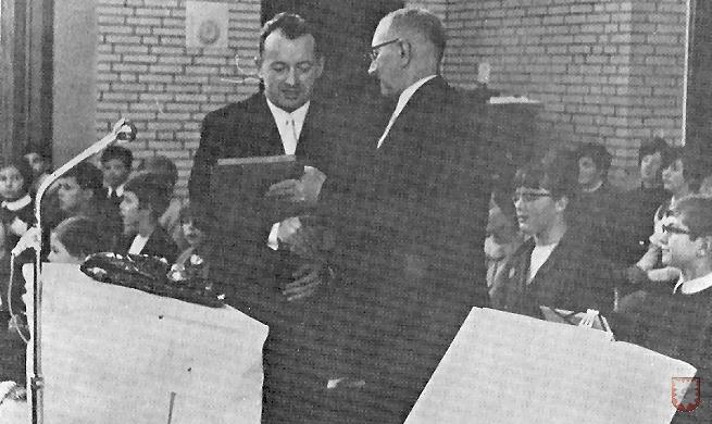 Im Jahre 1968 war es endlich soweit, das neue Schulgebäude der Laurentiusschule wurde mit einem festlichen Akt am 20. Dezember eingeweiht. Im Bild übergibt Bürgermeister Johann Weßeling (re.) das Lembecker Wappen an Rektor Erich Wolf (li.). Die Festlichkeiten fanden in der Turnhalle (Sport- und Kulturhalle, Schluerweg) statt.