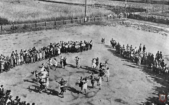 So wurde im Jahre 1928 das Schulfest auf dem Schulhof gefeiert.
