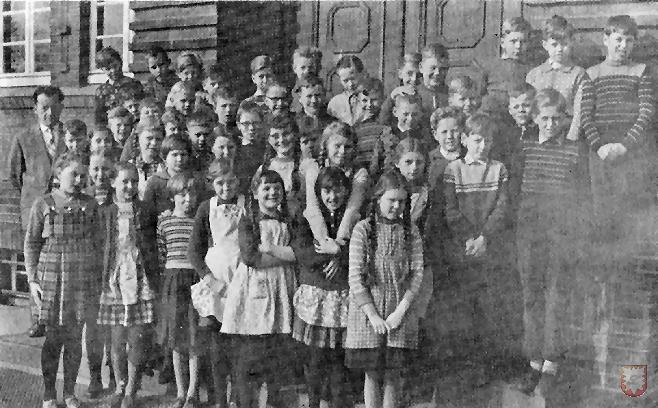 Eine Klasse der Laurentiusschule mit Rektor Erich Wolf (links) um 1971.