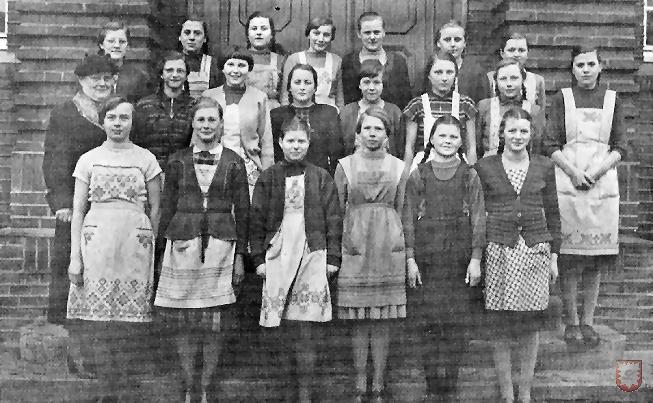 Eine Mädchenklasse im Jahre 1956 mit Lehrerin: Fräulein Pöter.