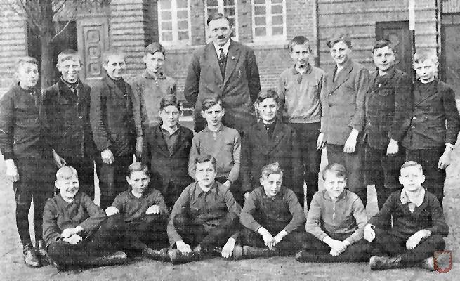 Hier eine Knabenklasse im Jahre 1931 mit Hauptlehrer Stork.