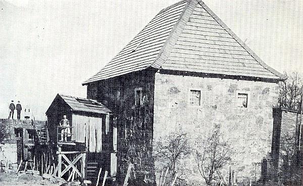 """Quelle: Buch von Hans Hatkämper. Dort mit dem Text """"Die Midlicher Mühle 1913. Im Bild das überdachte Mühlenrad und Müller Wilhelm Grütering."""""""
