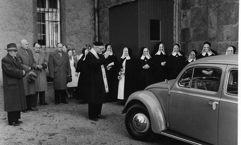 Ein Volkswagen von den Gemeinden für den Pflegedienst um 1960.