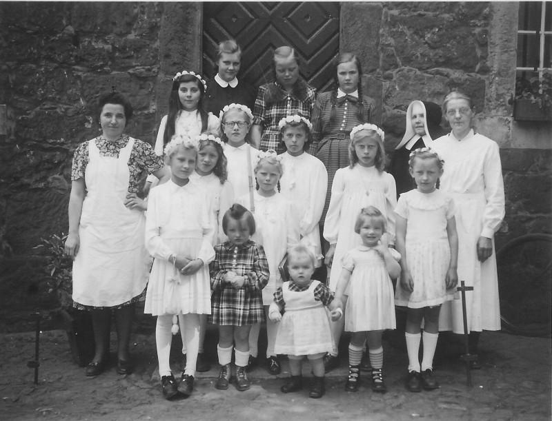Erstkommunion bei den Waisenkinder, mit dem auf dem Bild Sr. Renowata und Theresia Trinjost