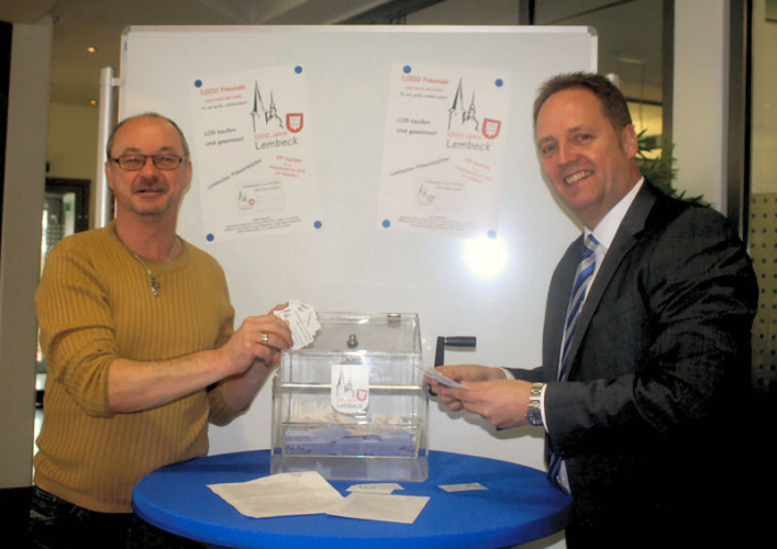 Jörg Chmielewski (Verein 1000 J. Lembeck) und Martin Rekers (Volksbank) vor der Lostrommel.
