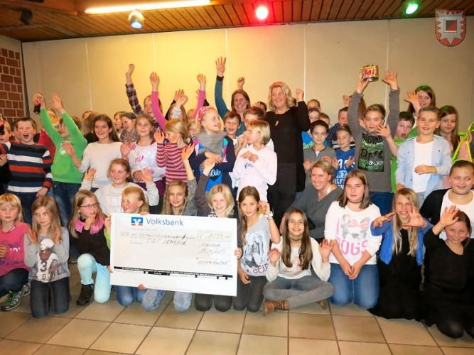 Mit den Kindern freuen sich bei der Spendenübergabe Katja Breuer, Elly Löken und Silvia Heidermann - Foto: Friedrich Cosanne