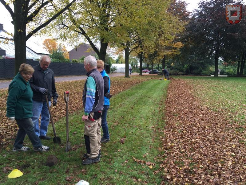 Die ersten Helferinnen und Helfer auf der Friedhofswiese (Foto: Lembecker.de - Frank Langenhorst)