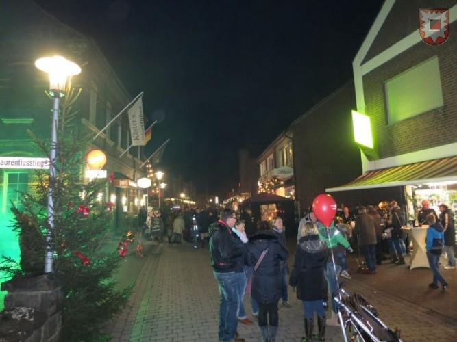 """Impression von der ersten """"Schlossgemeinde Lembeck leuchtet"""" -Veranstaltung im letzten Jahr. Foto: Friedrich Cosanne"""
