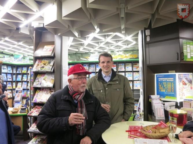 """Bürgermeister Tobias Stockhoff und Heinz Bröker aus Raesfeld (langjähriger Organisator des Lembecker Tiermarktes) ließen es sich nicht nehmen, """"Lembeck leuchtet"""" in Augenschein zu nehmen. Natürlich mit einer ordentlichen Stärkung. Foto: Friedrich Cosanne"""