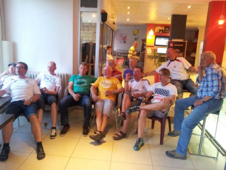 """Ludger Große-Heidermann (in der Mitte mit """"gelben Trikot"""") kommentierte das deutsche 2:2 gegen Ghana auf seine gottgegebene Art."""