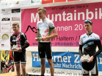 Gewinner des Rennens: Simon Fiehn (mitte)