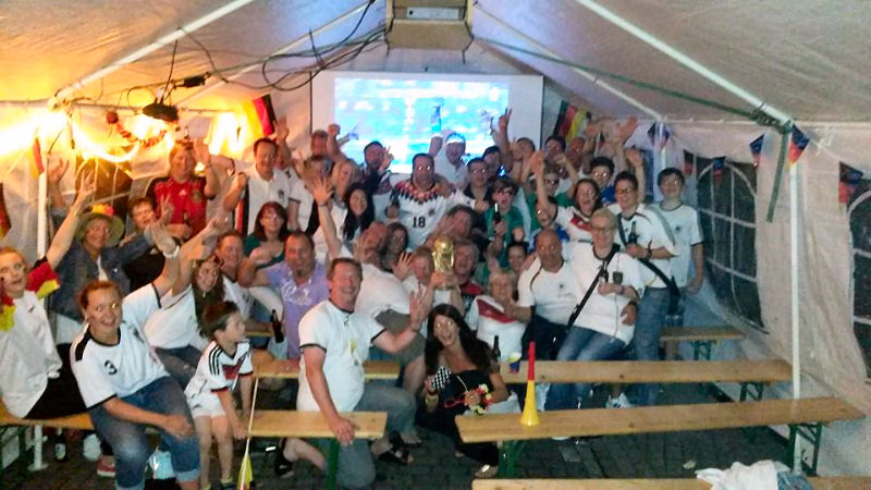 Die Nachbarn vom Fliederweg bauten sich ihr eigenes WM-Zelt mit Beamer auf. (Foto: Frank Seyer)