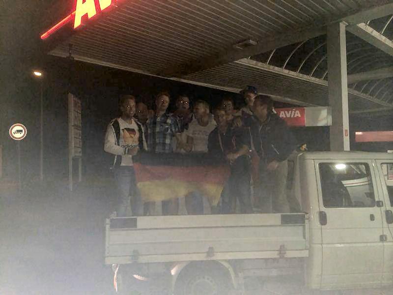 Eines der Korso-Fahrzeuge gegen Mitternacht bei Avia in Lembeck.