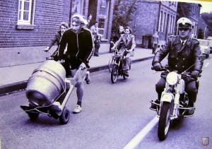 Schneller als die Polizei erlaubt? Dorf-Polizist Herbert Hachmann aus Lembeck begleitete die Läufer 1974. (Foto: privat)