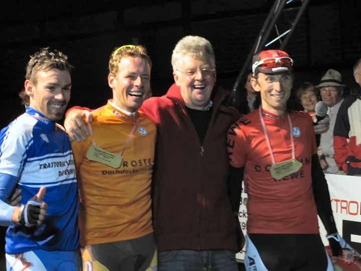 Leif Lamparter (2. Von links) holte den Sieg für Sponsor Dachdecker Droste – Foto © : Frank Langenhorst
