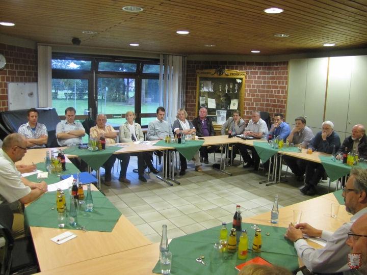 """Vereinsvertreter diskutierten im Juli letzten Jahres mit Tobias Stockhoff (CDU) und Thomas Boos (FDP) den Lembecker """"Stuhlstreit"""". Jetzt rückt eine Lösung in Sicht. (Foto © : Lembecker.de - Frank Langenhorst)"""