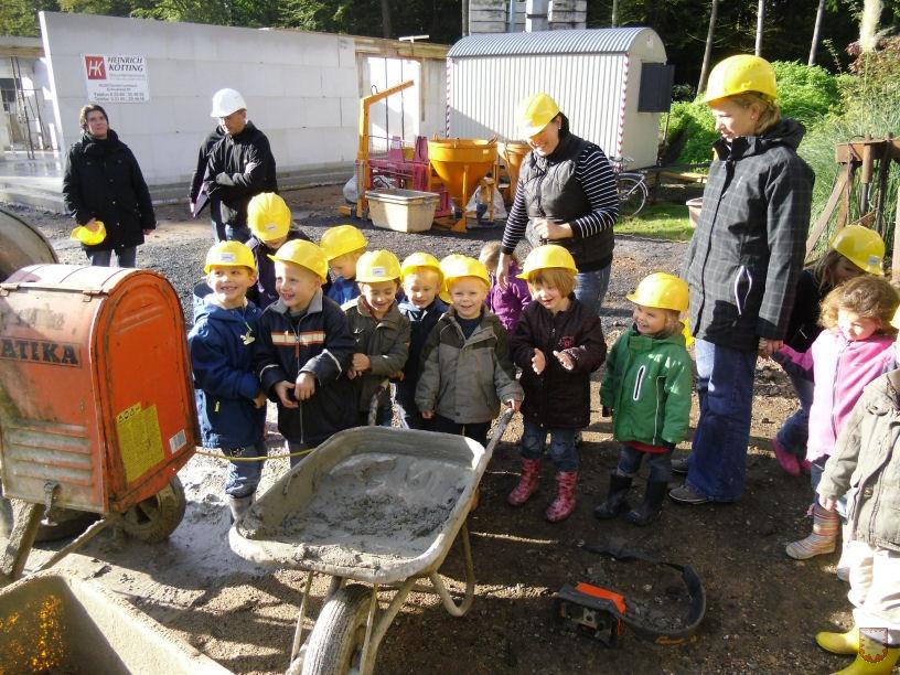 Fröhliche Baustellenbesucher erobern den Werdegang ihres Kindergartens. Foto: Stefan Risthaus & Michael Langenhorst