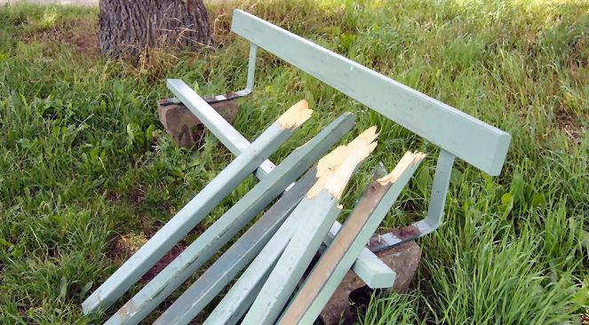 Unbekannte haben die Ruhebank am Haaneweg in Lembeck zerstört. (Foto: privat)