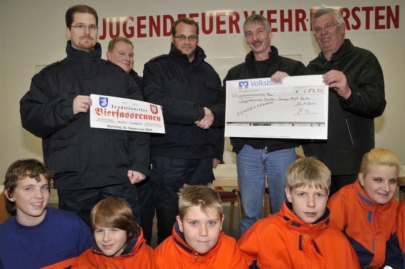 Den Erlös des Bierfassrennens haben die Organisatoren der Jugendfeuerwehr im Dorstener Norden gestiftet. (Foto: Guido Bludau)