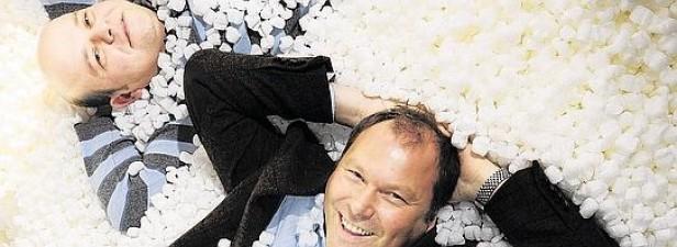Unternehmer Hubert Loick (rechts) und sein Geschäftsführer Klaus Schuppan (links) baden in Bio-Chips. Foto: Matthias Graben