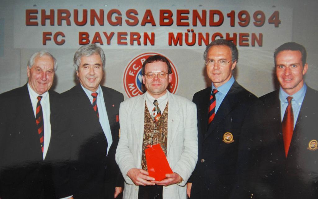 Franz Beckenbauer und Karl-Heinz Rummennige (rechts) stellten sich gerne mit aufs Bild, als Ludger Cosanne 1994 in München für 20-jährige Vereinsmitgliedschaft geehrt worden ist.