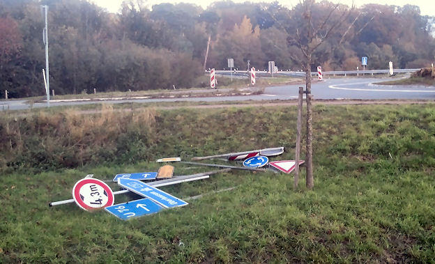 Vergessene Schilder im Graben am Kreisverkehr - Foto © : Frank Langenhorst