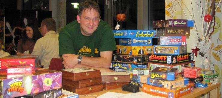 Der Spieleerfinder und Gastgeber des Spieleabends: Stefan Breuer (Foto © : Frank Langenhorst)