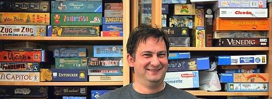 Stefan Breuer entwickelt Gesellschaftsspiele. Und sammelt für den eigenen Bedarf: 350 Spiele hat der Vater von drei Töchtern.