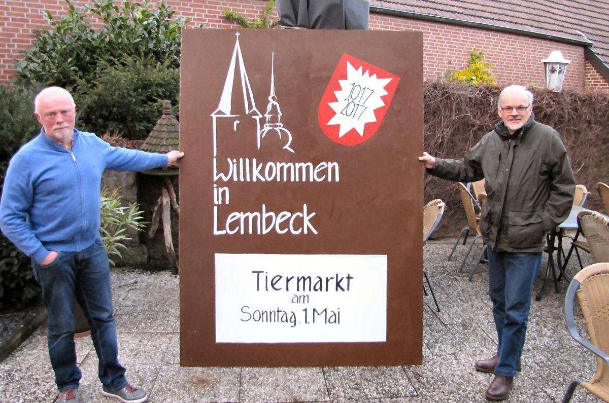 Vereinsvorsitzender Ludger Große Heidermann (links) mit dem künstlerischem Vater des Vereinslogos Theo Arentz (rechts). Foto: Lembecker.de – Frank Langenhorst