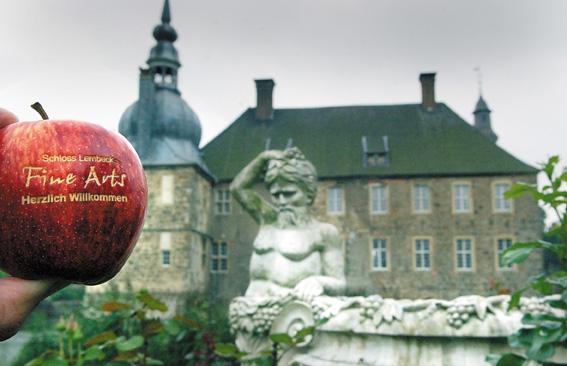 Anke Peters präsentiert den Fine Art Apfel.
