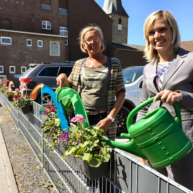 """Clausia Ziegler-Mast """"Blumen mit Pfiff"""" (links) und Tanja Berse """"Sparkasse Vest"""" (rechts). Foto: Ursula Küsters"""