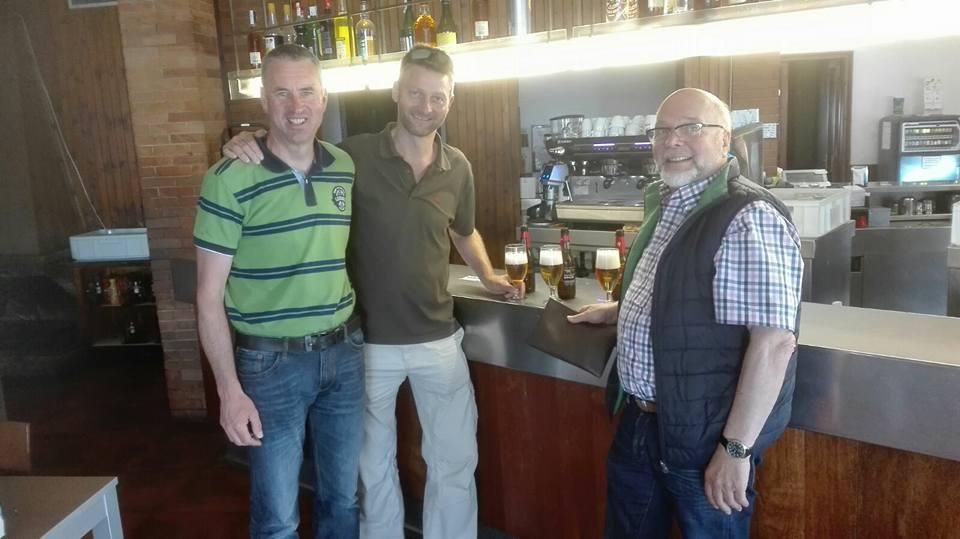 Klemens Kuckuck, Christian Korte und Heinz Kötting freuen sich über die sichere Ankunft ihres Begleitfahrzeuges.