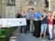 Der Verein 1000 Jahre Lembeck e.V. posierte mit Graf von Merveldt im strahlendem Sonnenschein am heutigen Nachmittag für die Vorstellung der Silvesterparty. Foto: Lembecker.de – Frank Langenhorst