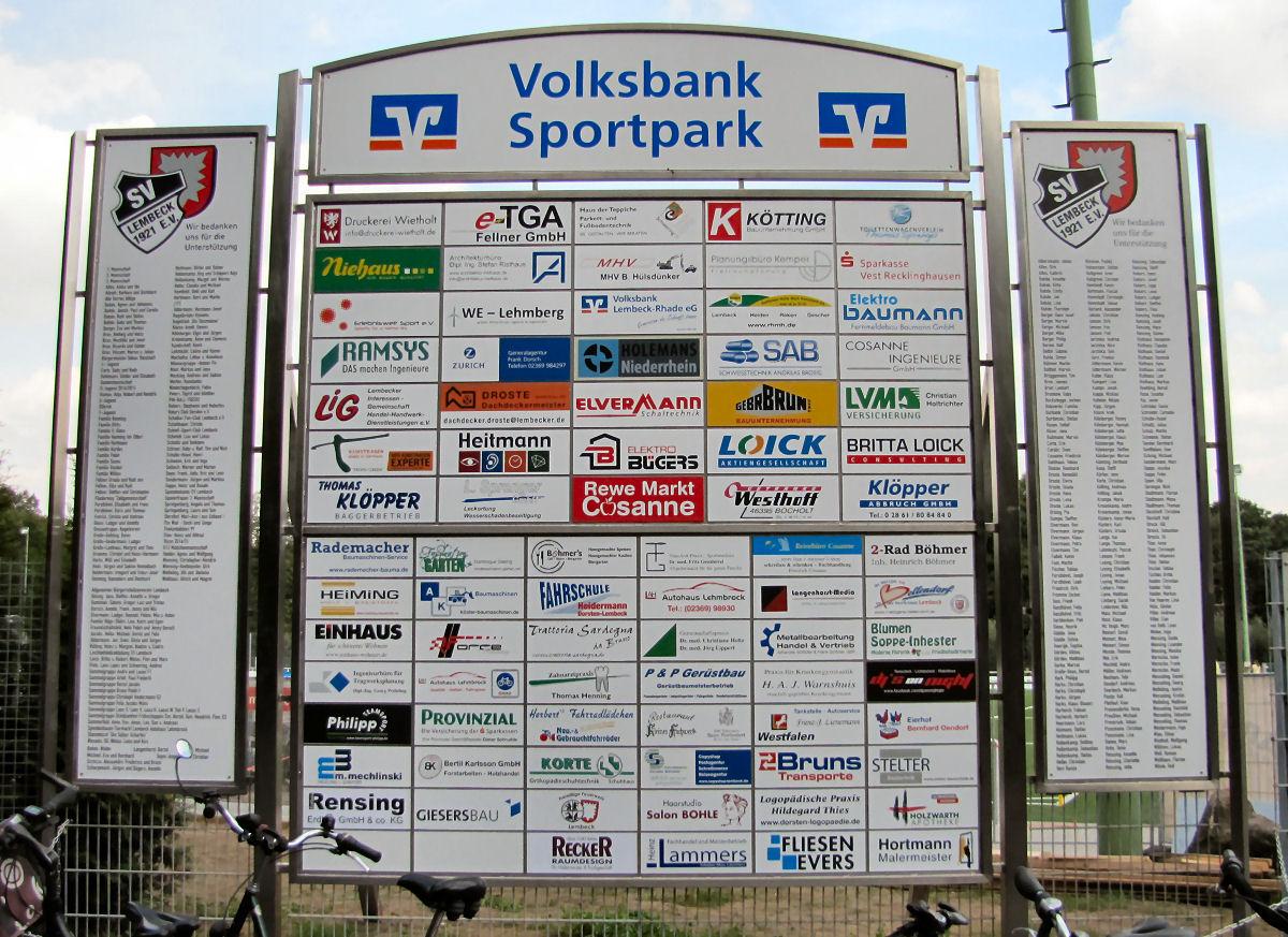 Die Sponsorenliste ist lang. Der Platzsponsor Volksbank hat hierfür eigens ein Edelstahlschild aufstellen lassen. Foto: Lembecker.de - Frank Langenhorst